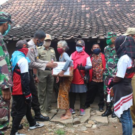 Penyerahan Bantuan Dari Pemuda PMK Kecamatan Klego